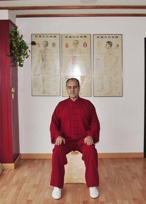 Poste Daoyin Wuji Natural Sentado.