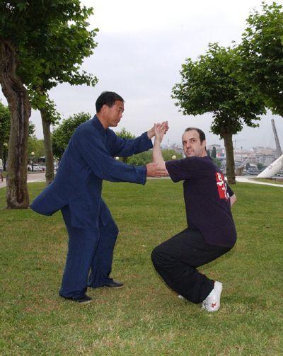Aquí estoy con Yu Dinghai, creador de Wuqinxi renovado de CHQA y mi entrenador personal de la forma, practicando Wuqinxi en Pontevedra en 2004.
