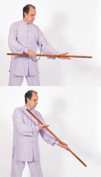 Taiji Yangsheng Zhang girar el bastón en una mano.