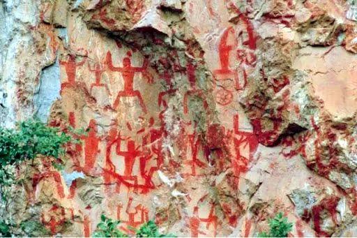 Figuras danzantes de la montaña Hua (花山壁画), provincia de Guangxi (China).
